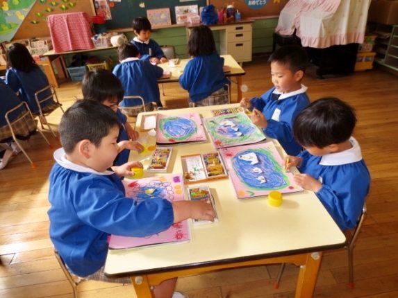 今月も製作帳を楽しく仕上げていきました。年長組はこれで幼稚園での製作が全て終わりました。ハサミ、折り紙、お絵描き…何でも上手に出来るようになったね(*^_^*)